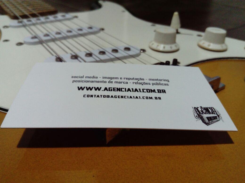 Guitarra com o cartão da Agência 1a1