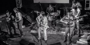 Os Albertos, codinome da banda formada por Ted Marengos e The Moondogs (divulgação)