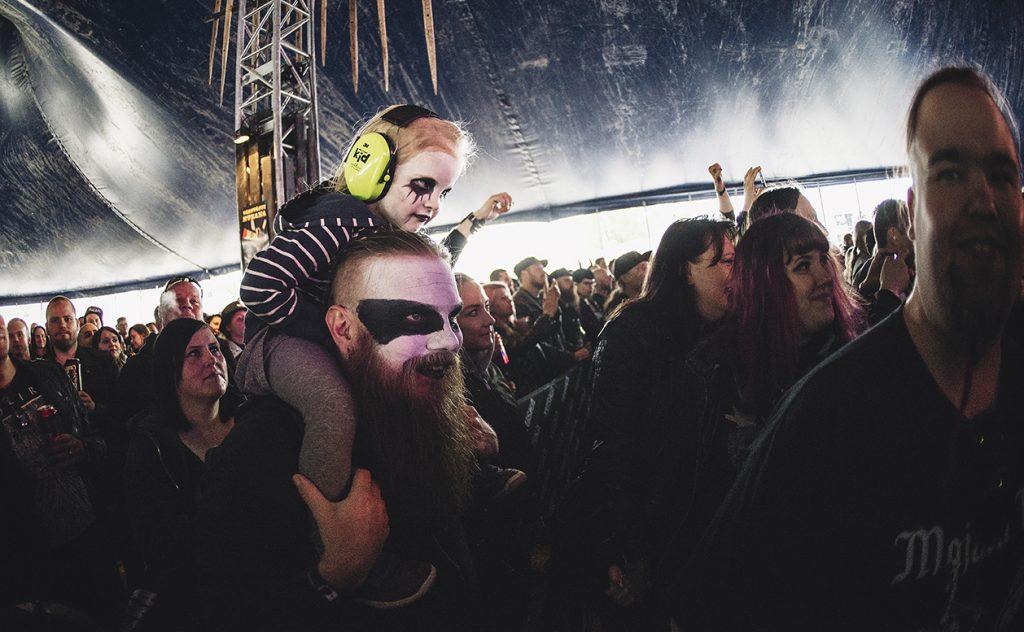 Família unida em show de Heavy Metal na Finlândia.